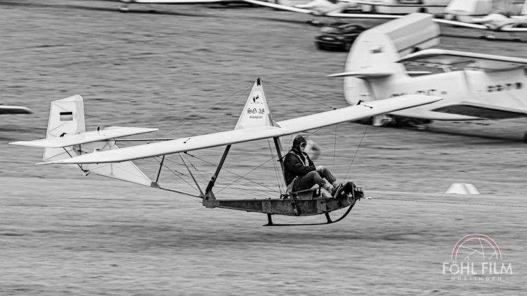 Segelfluggleiter von 1940 mit einem Mann als Pilot im freien sitzend